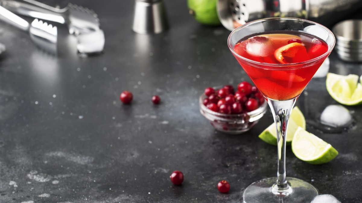 How To Make A Cosmo Cocktail Classic Cosmopolitan Recipe 2021 Masterclass