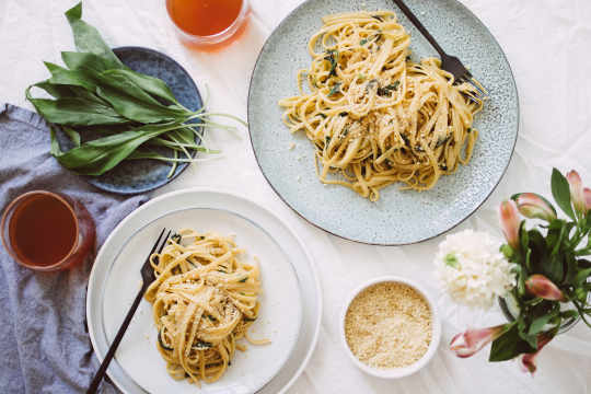 Quick spring pasta with wild garlic and lemon