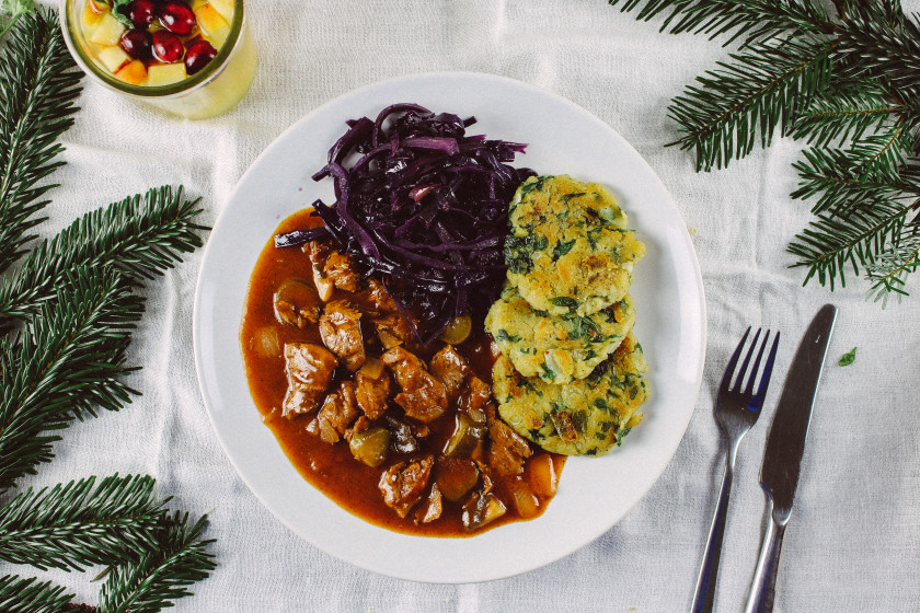 R108 Spinach dumplings, red cabbage and vegan goulash