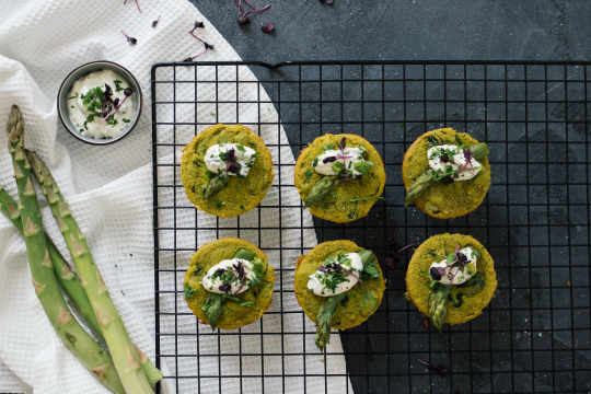 Vegan mini frittatas with green asparagus