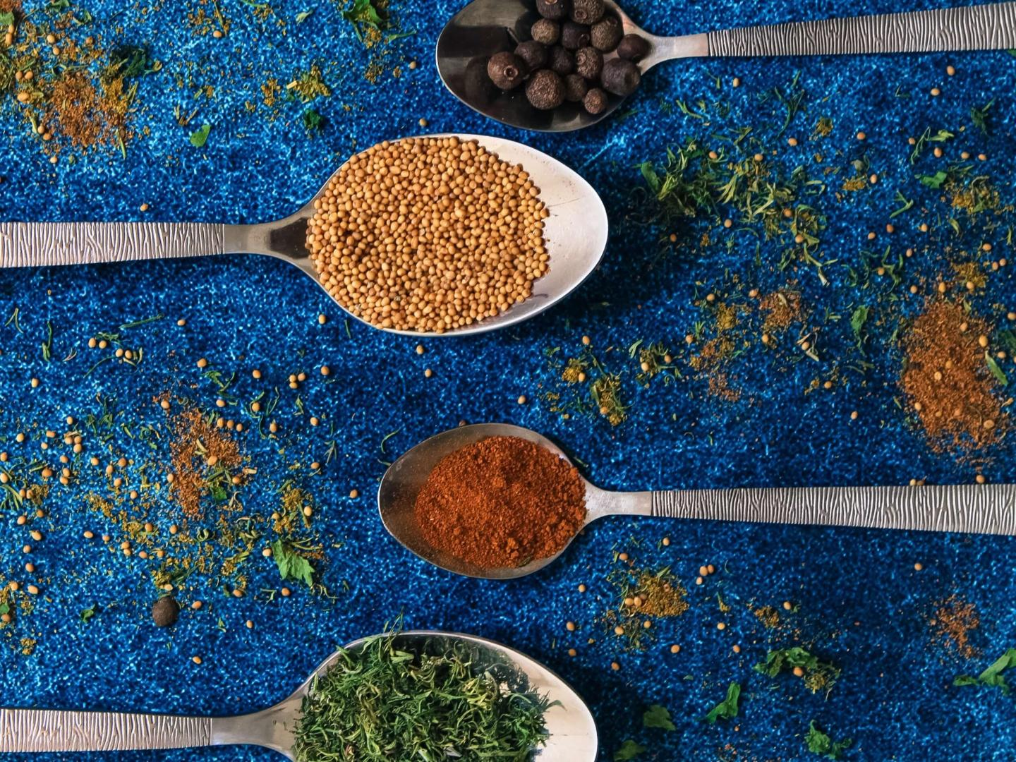 Image of 6 spoons all with different spices