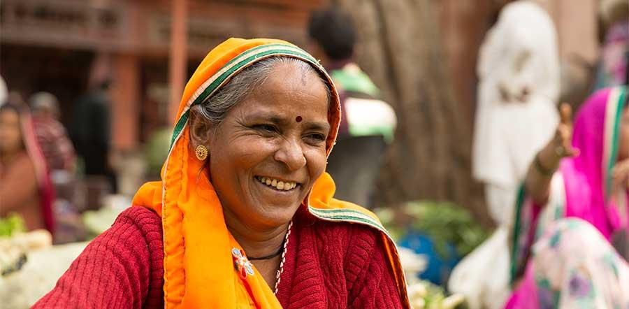 mulher com bindi sorrindo
