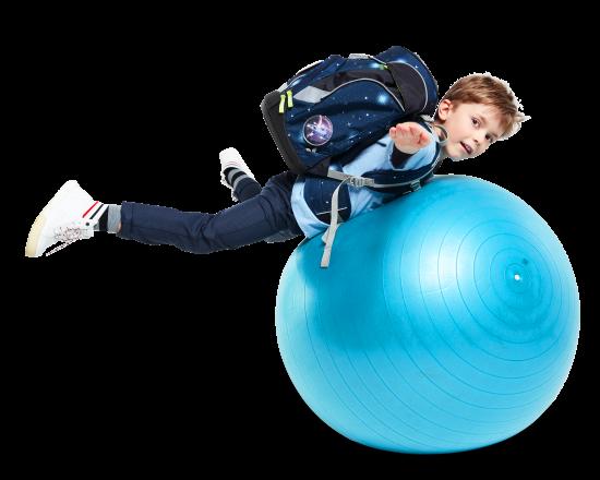 junge-mit-ergobag-auf-ball-transparent