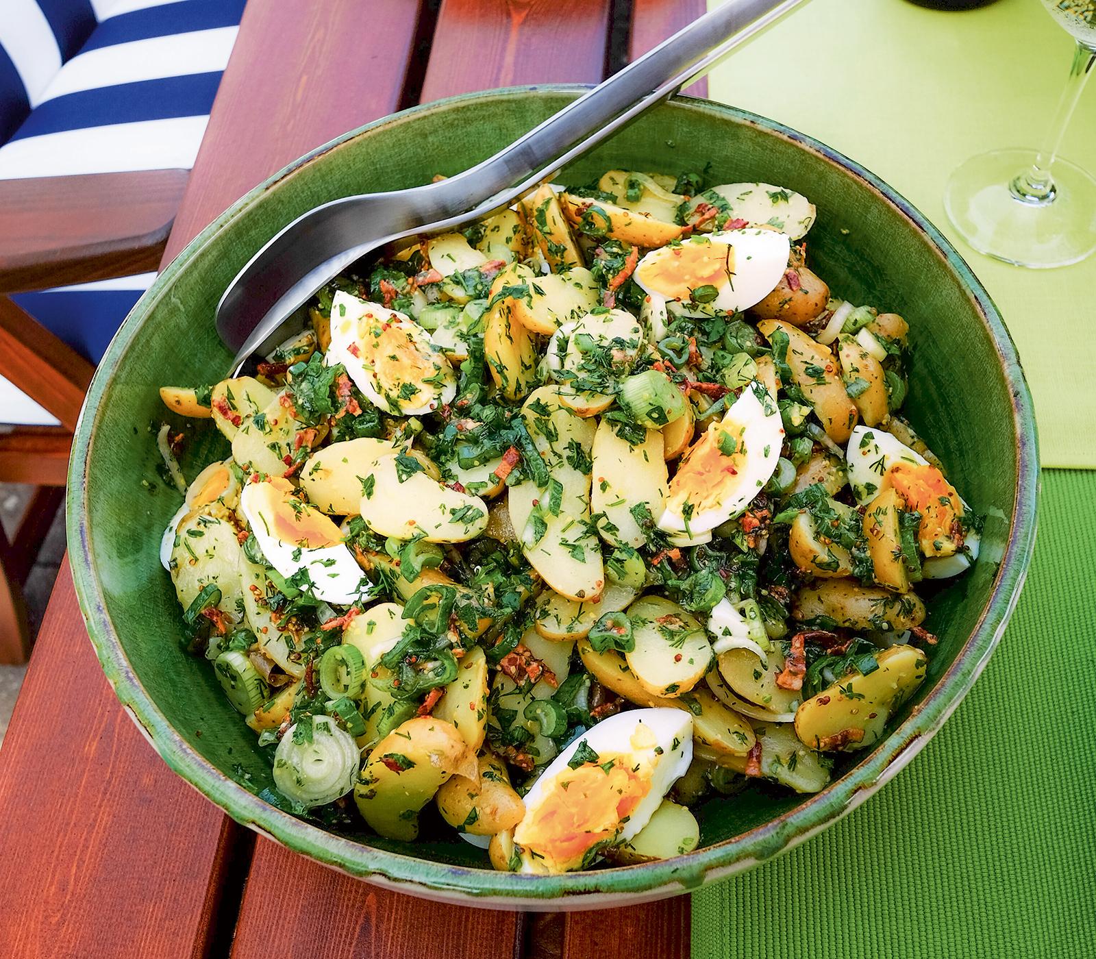 Kartoffelsalat mit ei kr utern und speck vinaigrette annemarie wildeisens kochen - L ei weich kochen ...