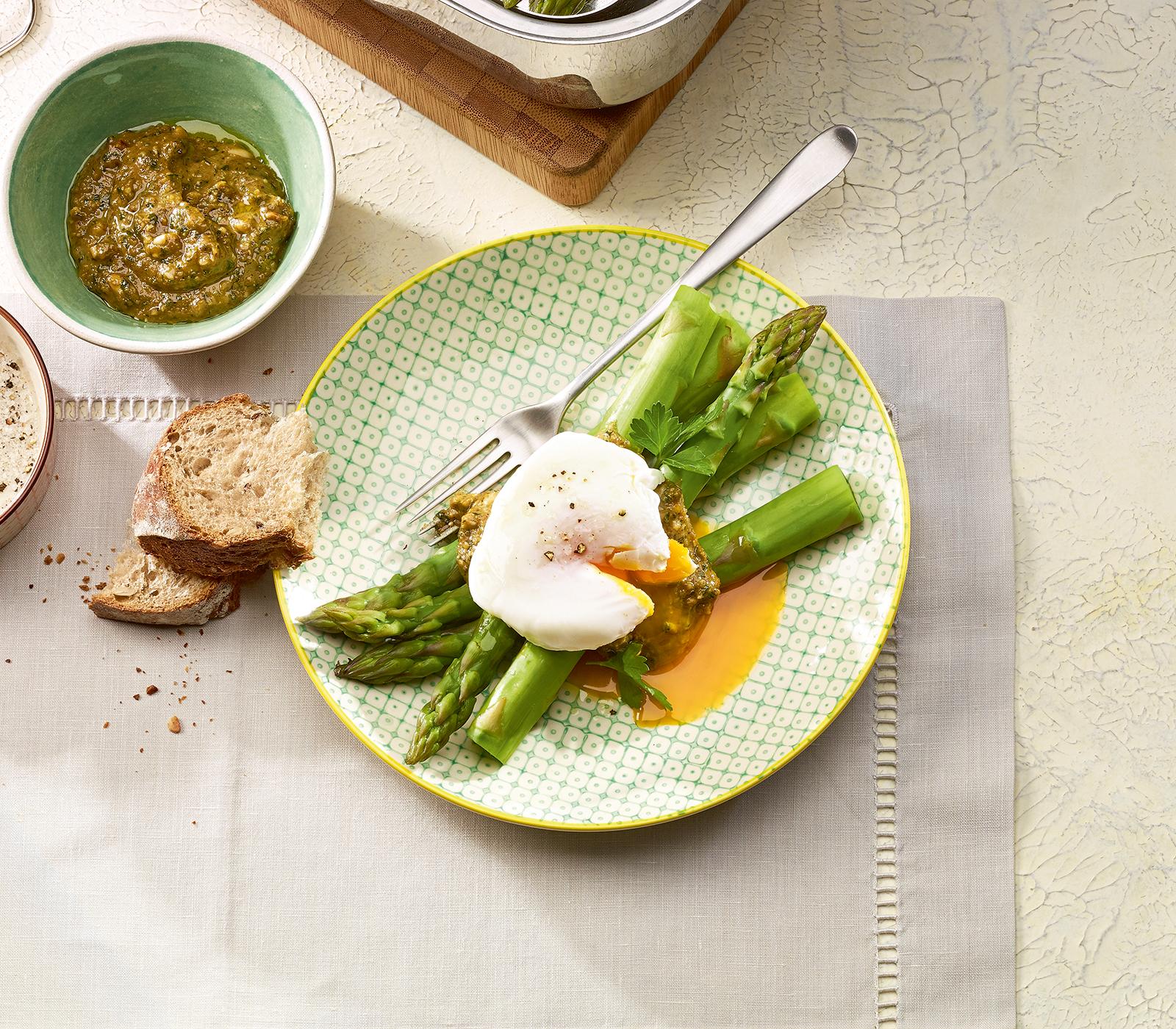Gr ne spargeln mit ei und nusspesto annemarie wildeisens kochen - Ei kochen mit eierkocher ...