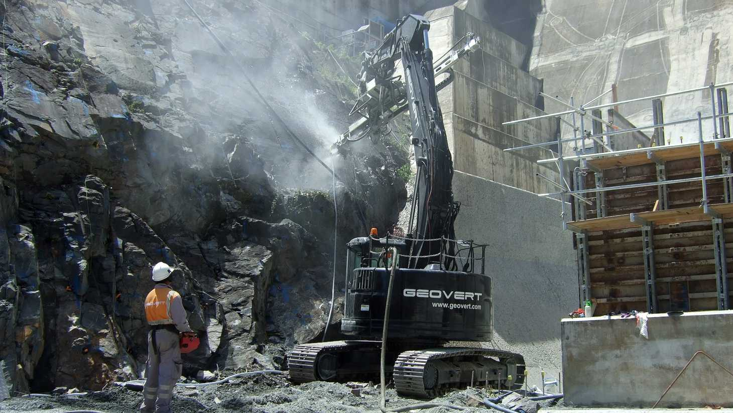 Hinze Dam drilling