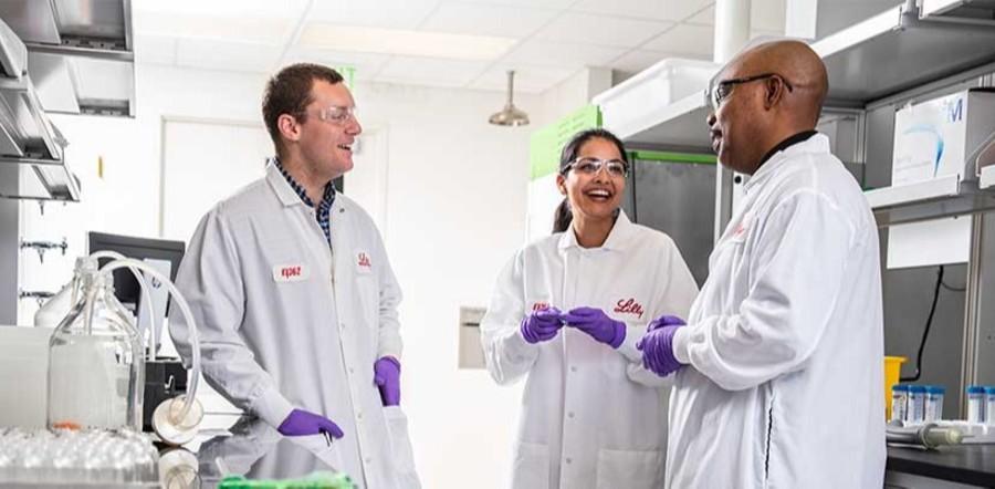 三个莉莉公司的科学家在实验室里交谈