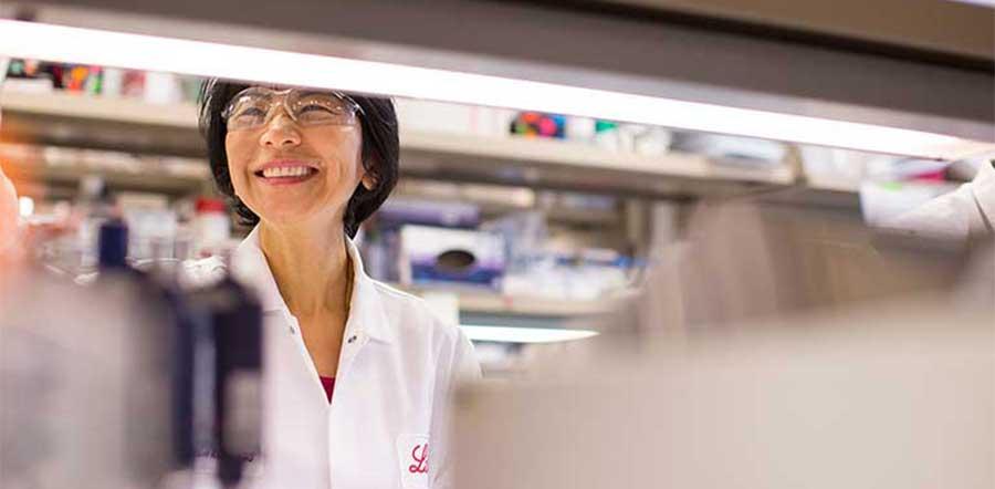 礼来公司的科学家在实验室中微笑