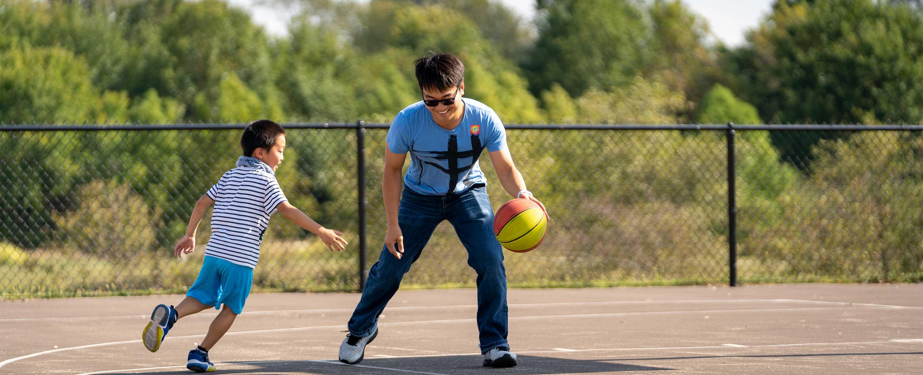 x嵌入故事袁诗和儿子一起打篮球照片