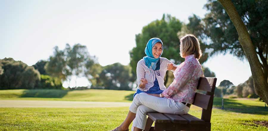两个人谈话在公园长椅