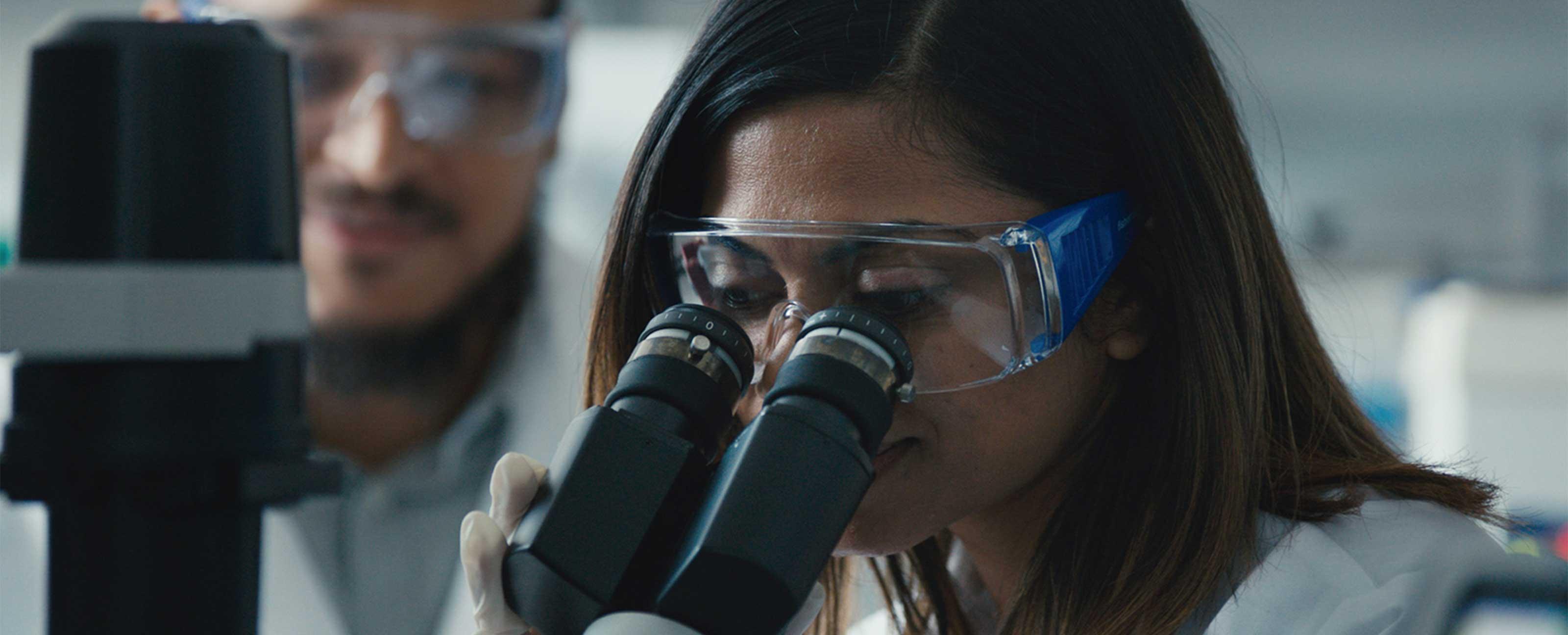 看着显微镜的科学家