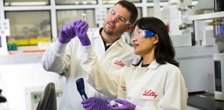 Dos científicos mirando el experimento