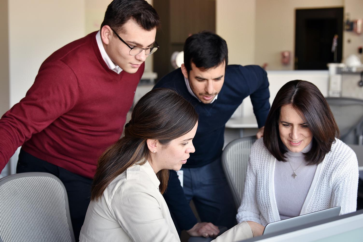 grupo de personas trabajando frente a la computadora