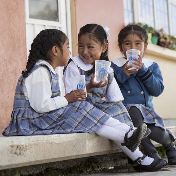 微笑著喝水的孩子們
