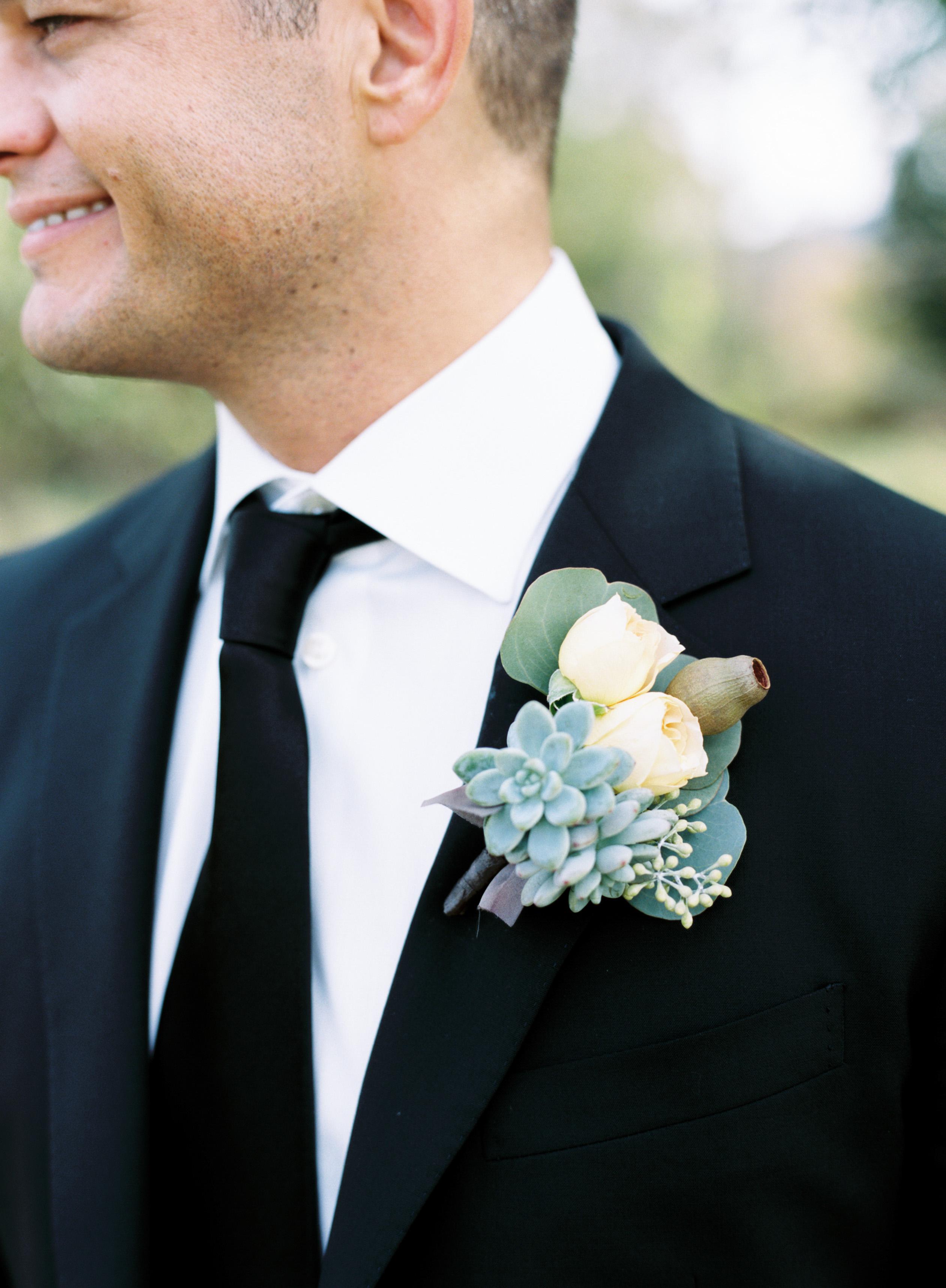Boutonnière: Ansteckblume für den Bräutigam