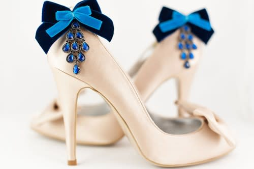 Blaue Clips für Brautschuhe sind ein Hingucker