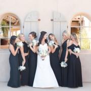 Eine Braut und ihre Brautjungfern toben in einer Limousine mit einem glücklichen Fahrer