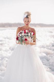 Winterhochzeit brautkleid  Brautmantel im Winter - neue Trends