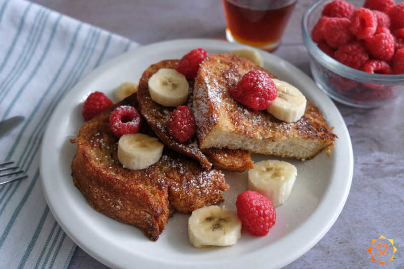 French toast with fruit and powdered sugar