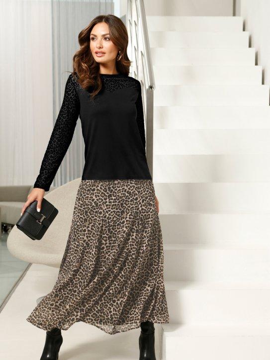 Modischer Silvester-Look aus Leorock und schwarzem Pullover