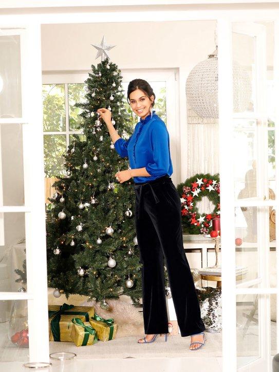 Schickes Weihnachtsoutfit mit Samthose und glänzender Bluse