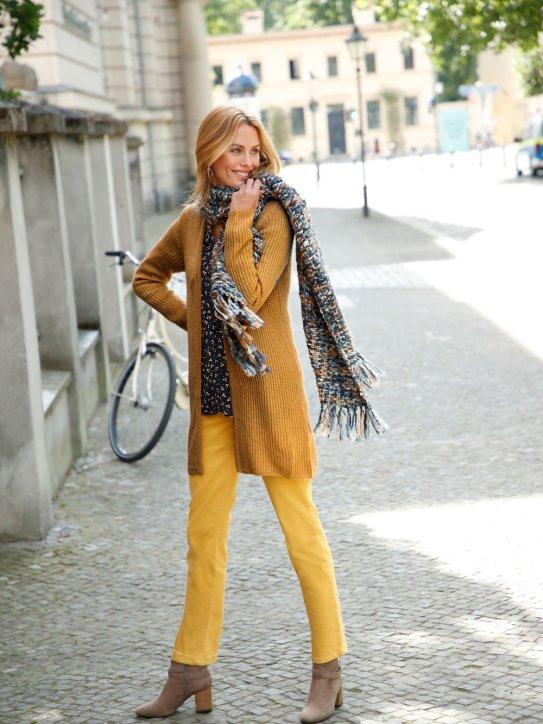 Lagenlook-Outfit aus Hose, Long-Strickjacke und Schal