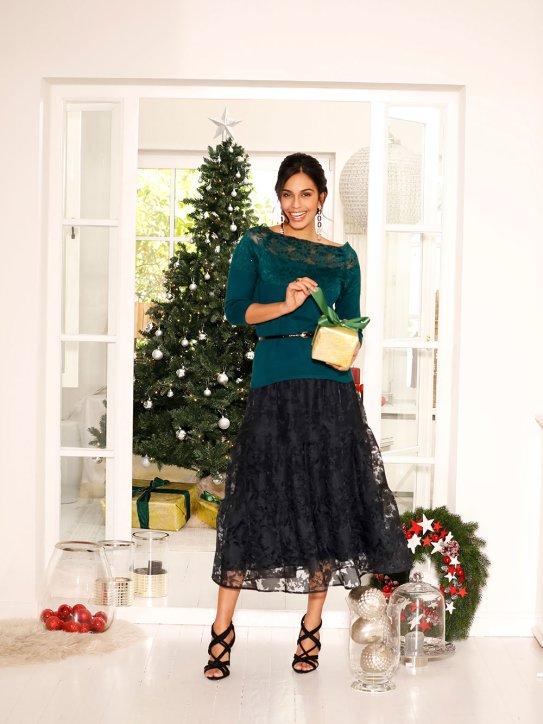 Elegantes Outfit aus langem schwarzen Rock und grüner Bluse