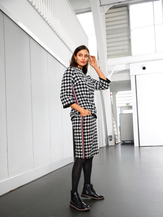 Outfit mit modischen Hahnentritt-Muster