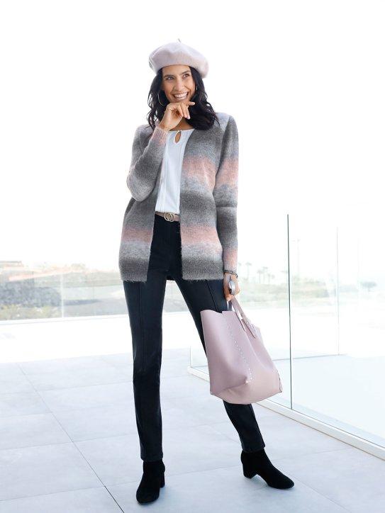 Winteroutfit mit Strickjacke und farblich abgestimmten Accessoires