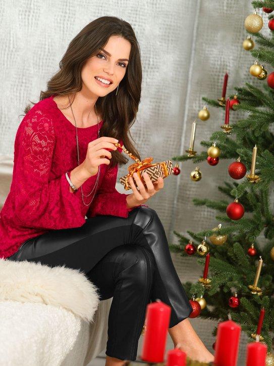 Dame in weihnachtlicher roter Bluse