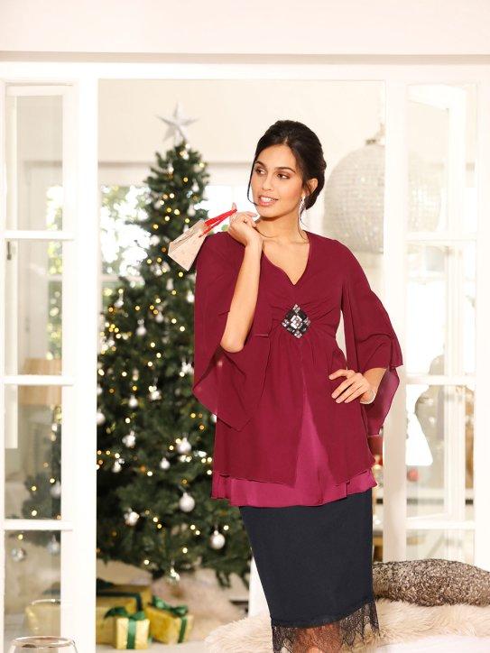 Schickes Weihnachtsoutfit mit schwarzem Rock und roter Bluse