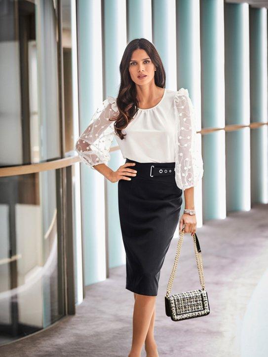 Elegantes Outfit für Silvester aus Bleistiftrock und weißer Bluse
