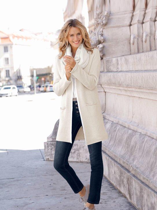 Winteroutfit mit Strickjacke in Trendfarbe Natur