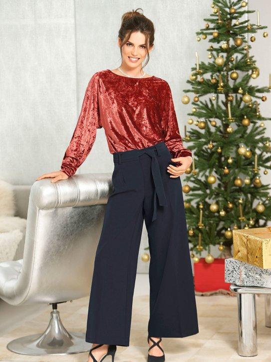Gemütliches Weihnachtsoutfit aus Samt-Oberteil und weiter Hose