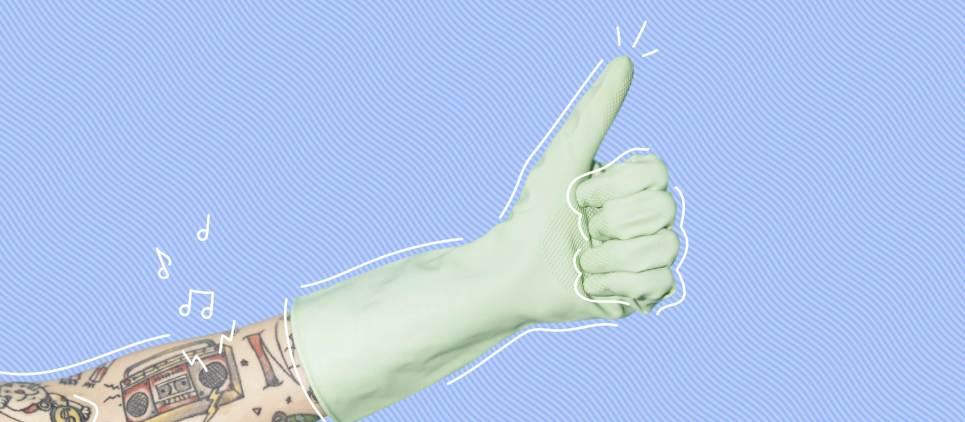 ذراع مع وشم يرتدي قفازًا مطاطيًا أخضر النعناع ويرفع الإبهام لأعلى