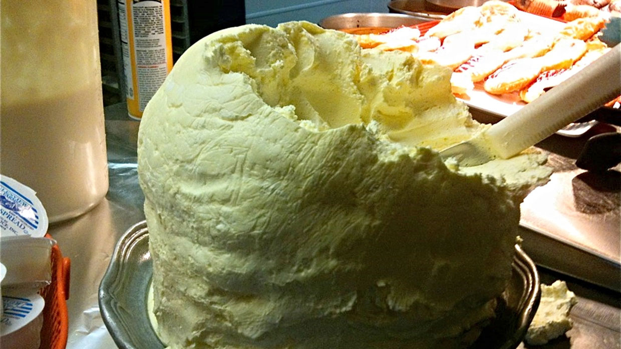 A mound of butter von anokarina. Wikimedia Commons, CC-BY-SA