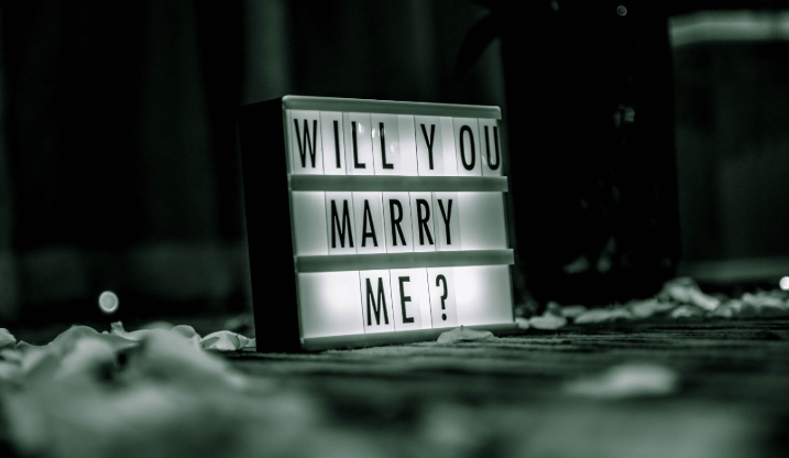 Light board showing the words will you marry me