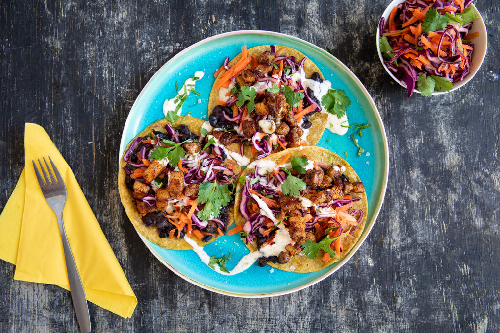 """Pork belly"" taco's gevuld met appel-koolslaw & bonendip"