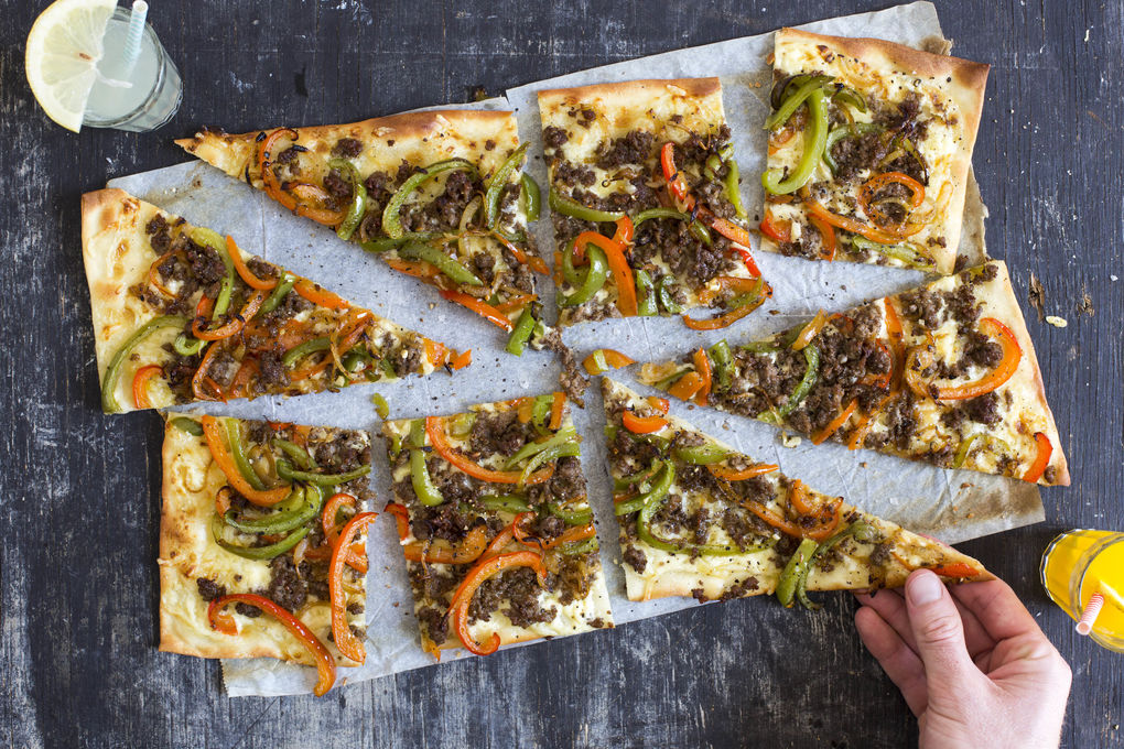 Philly Cheesesteak Flammkuchen met gebakken paprika en ui