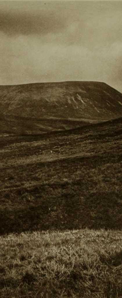 Schwarz-weiß Aufnahme eines Hügels