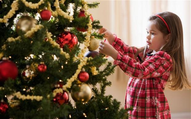 Девочка и рождественская елка