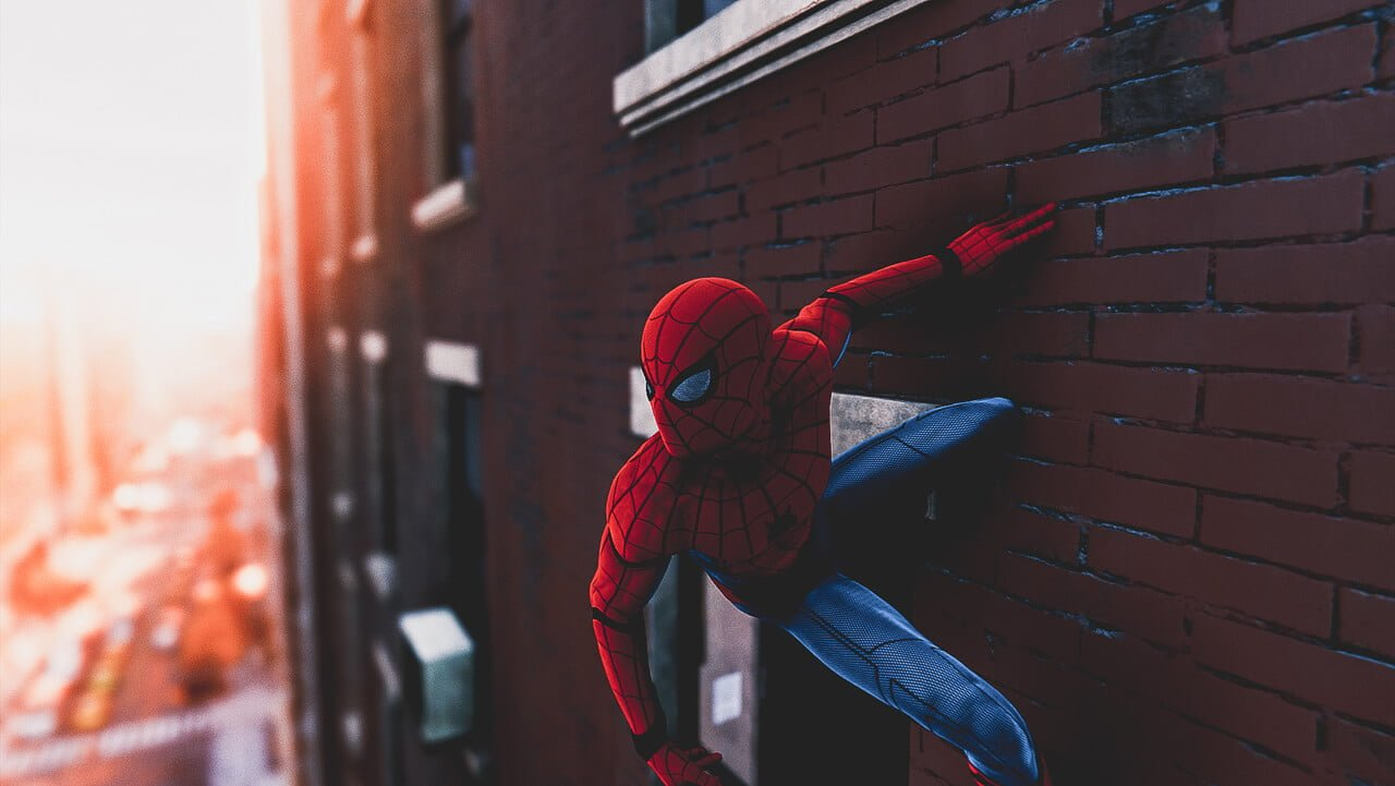 壁に張り付いて街を見守るスパイダーマン
