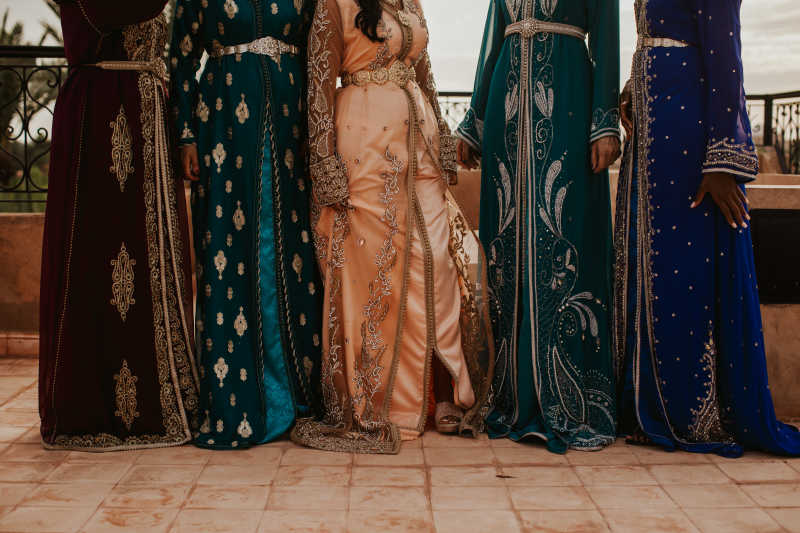 Bride and bridesmaids in traditional moroccan dresses