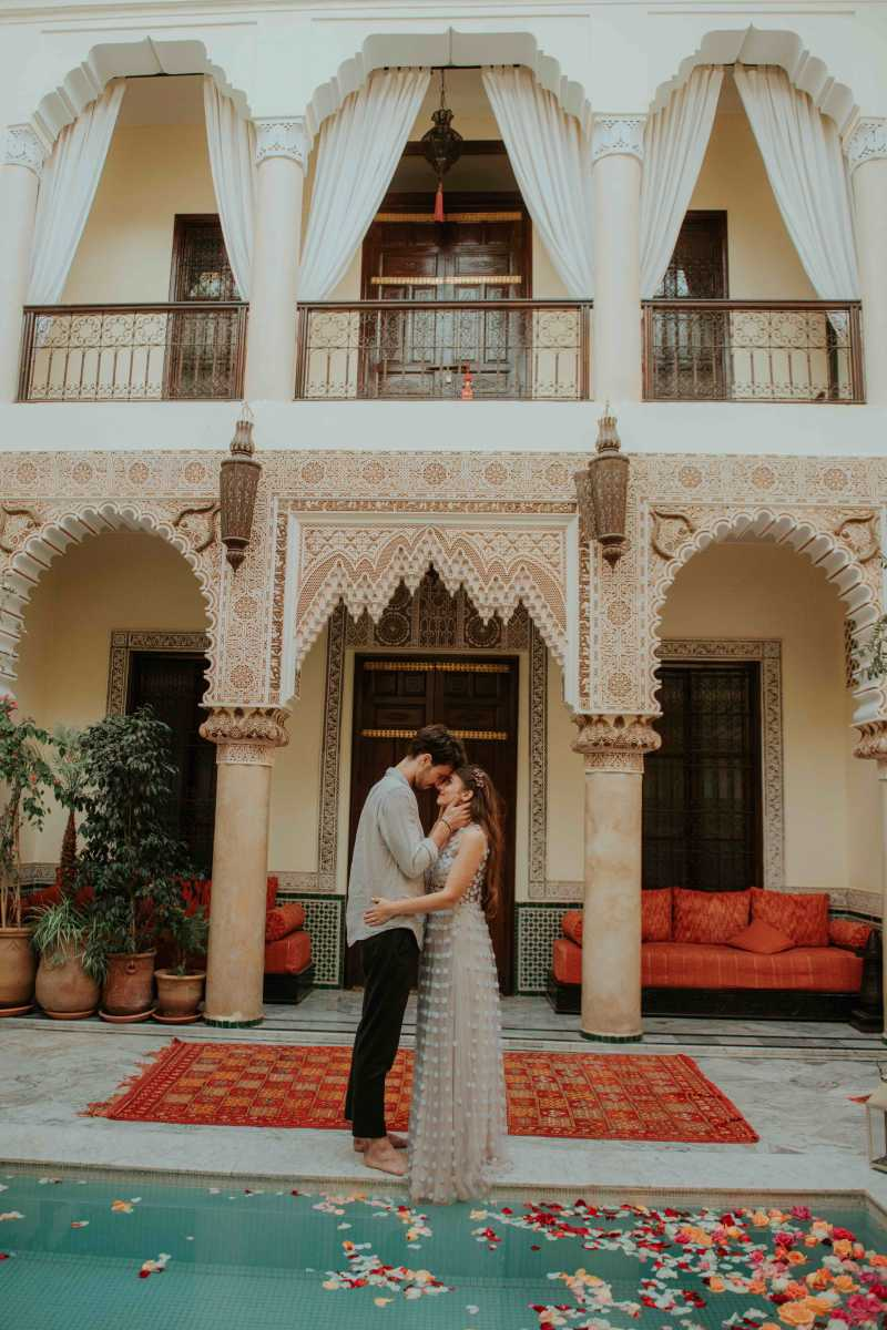 Couple posing in the courtyard of a Marrakech riad, during elopement