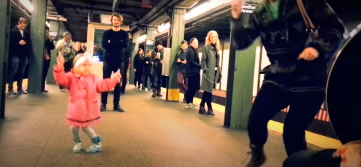 Dziewczynka zaczęła tańczyć