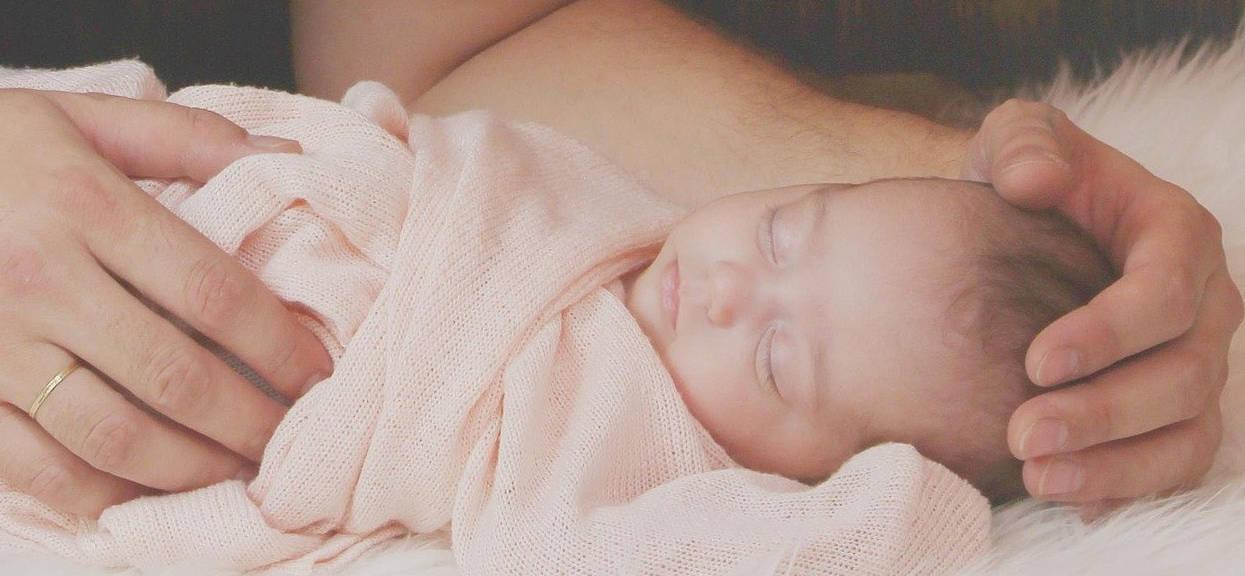 Sen: pozycja do snu u niemowlaka