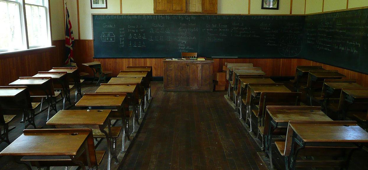 Uczniowie starszych klas w szkole