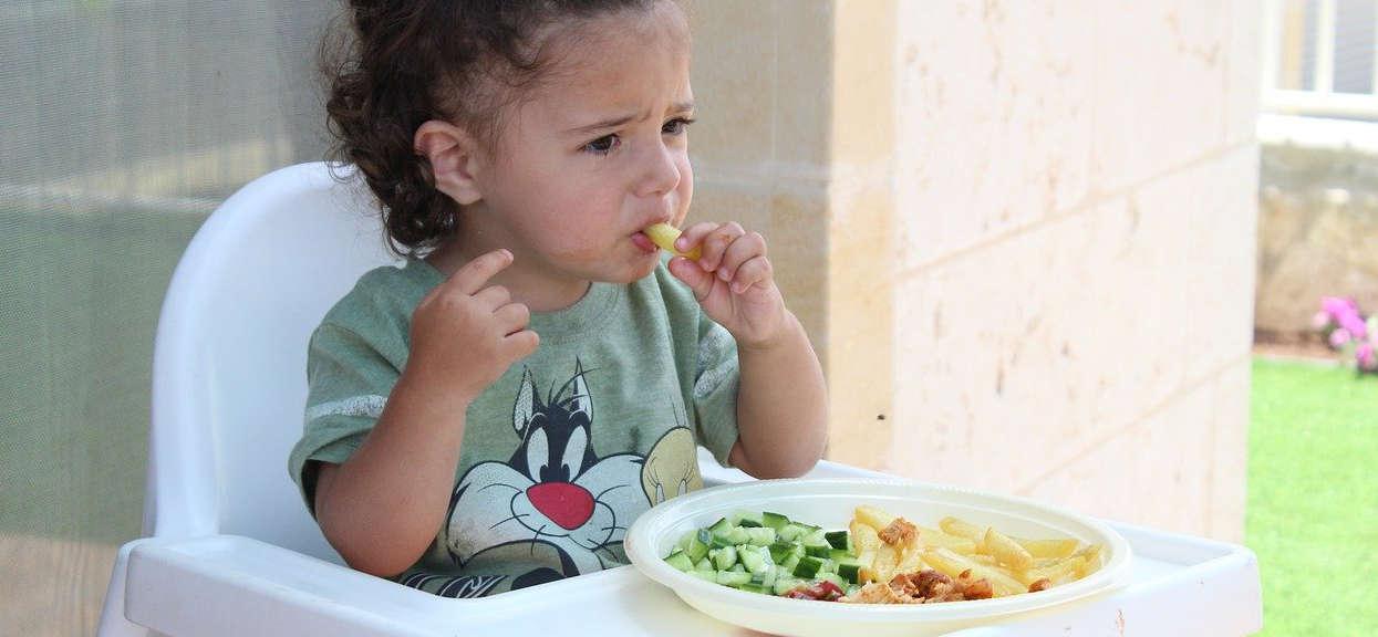 Dziecko wybrzydza w trakcie jedzenia