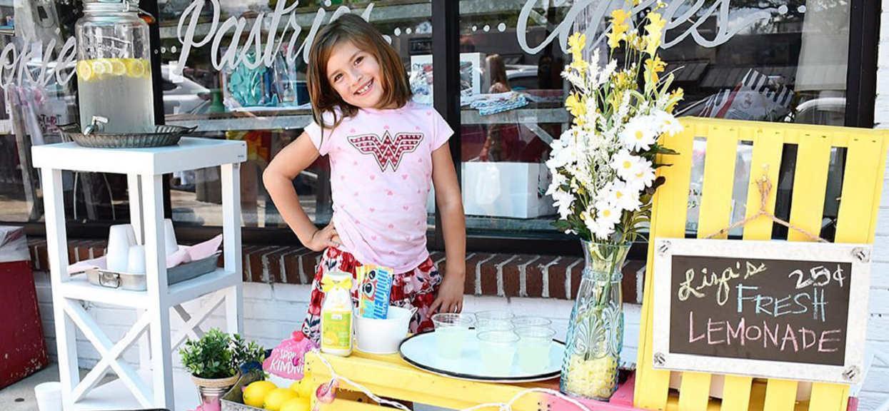 Operacja: sprzedawała lemoniadę, aby uzbierać pieniądze