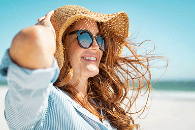 Woman with beach hat and sunglasses